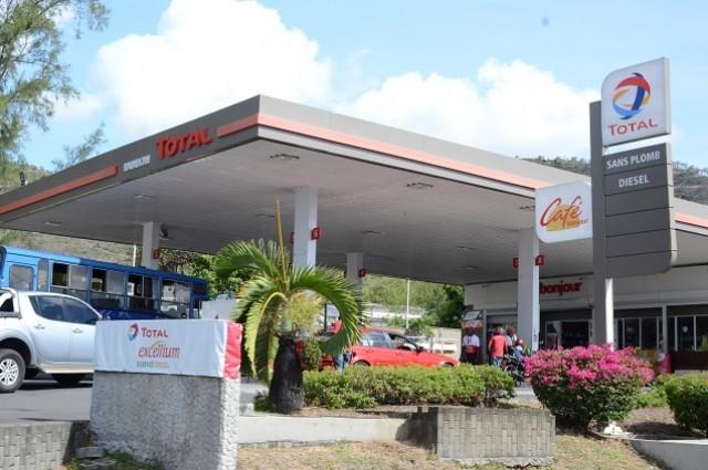 prix du carburant le litre de diesel passe rs 38 10 et le litre d essence rs 47 30 radio one. Black Bedroom Furniture Sets. Home Design Ideas